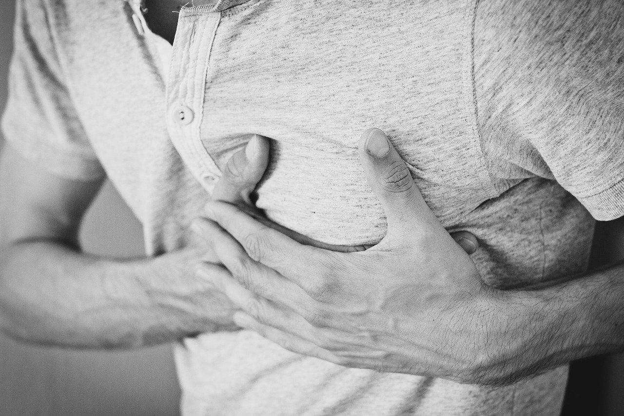 心臓病 胸を抑える